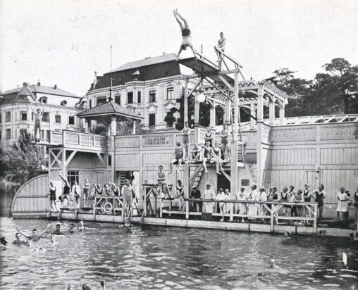 Herrenbad Halensee (1909). Herren am Sprungturm.