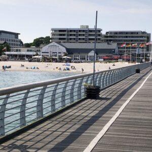 Strandhalle Grömitz, gesehen von der Seebrücke aus.